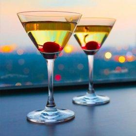 2 stk. cocktail glas med udsigt i baggrunden
