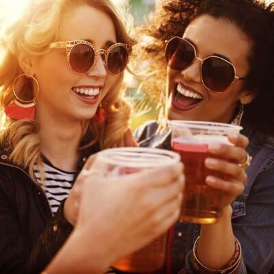 To kvinder drikker en øl